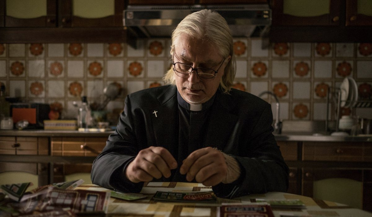 """Tommaso Ragno nei panni di Padre Marcello ne """"Il Miracolo"""". Credits: Sky."""