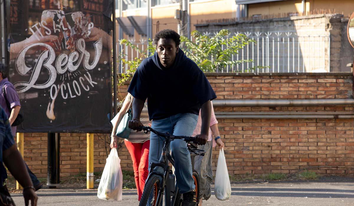 Giuseppe Dave Seke nei panni di Omar nella serie televisiva Zero. Credits: Netflix.