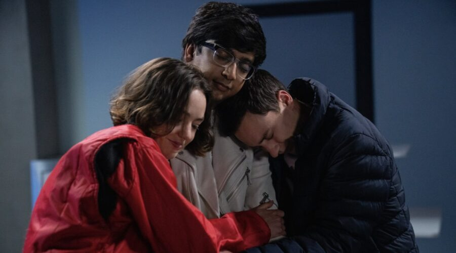 Da sinistra: Brigette Lundy-Paine (Casey Gardner), Nik Dodani (Zahid), e Keir Gilchrist (Sam Gardner). Credits: Greg Gayne/Netflix.
