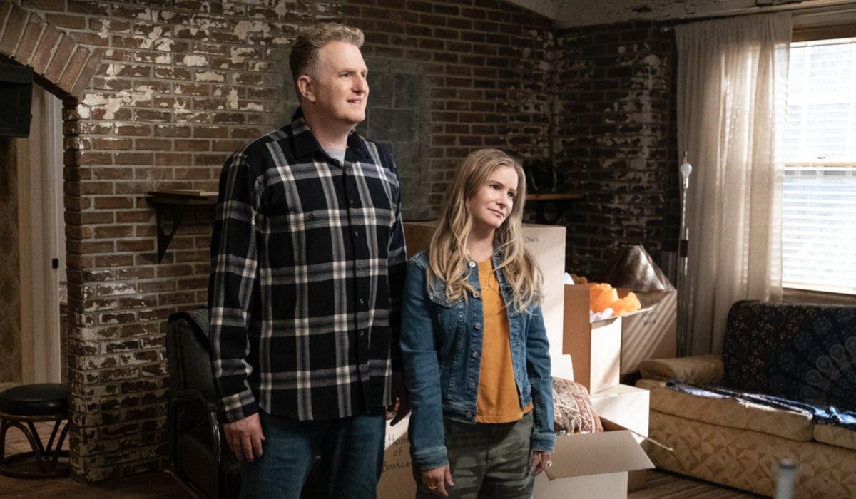 """Da sinistra: Michael Rapaport (Doug) e Jennifer Jason Leigh (Elsa) in una scena della quarta stagione di """"Atypical"""". Credits: Patrick Wymore/Netflix."""