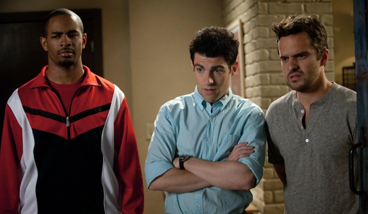"Da sinistra: Coach (Damon Wayans, Jr.), Nick (Jake Johnson) e Schmidt (Max Greenfield) in ""New Girl"". Credits: 20th Century Fox/Disney Plus."