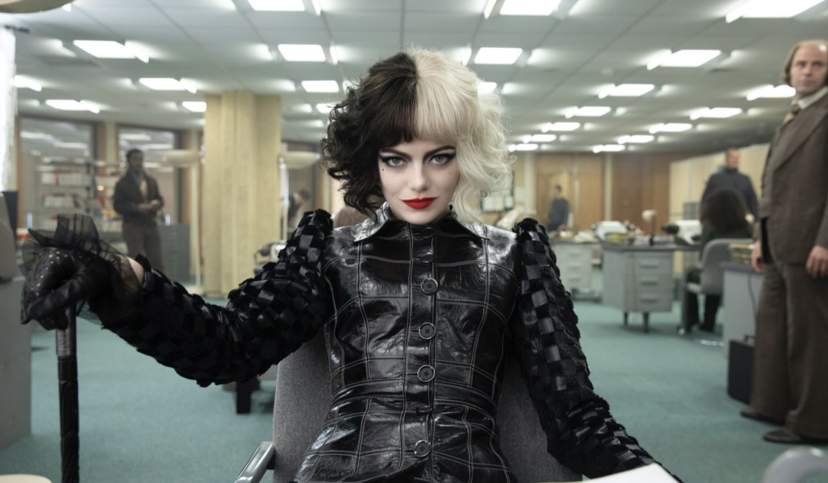 """""""Crudelia"""", la protagonista Emma Stone in una scena del film. Credits: Disney."""