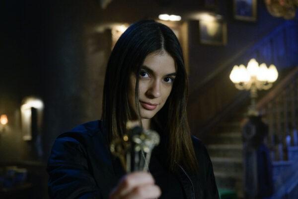 "Laysla De Oliveira (Dodge) in una scena di ""Locke and Key"". Credits: Christos Kalohoridis/Netflix."
