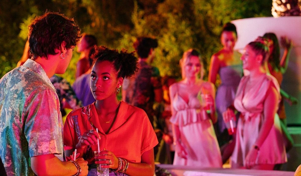 Da sinistra: Edo (Giovanni Maini) e Summer (Coco Rebecca Edogamhe) in Summertime 2. Credits: Netflix.