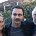 Da sinistra: Elisabetta De Vito, Simone Liberati e Giorgio Colangeli, qui in un posato per Chiamami ancora amore. Credits: Fabrizio de Blasio/Rai