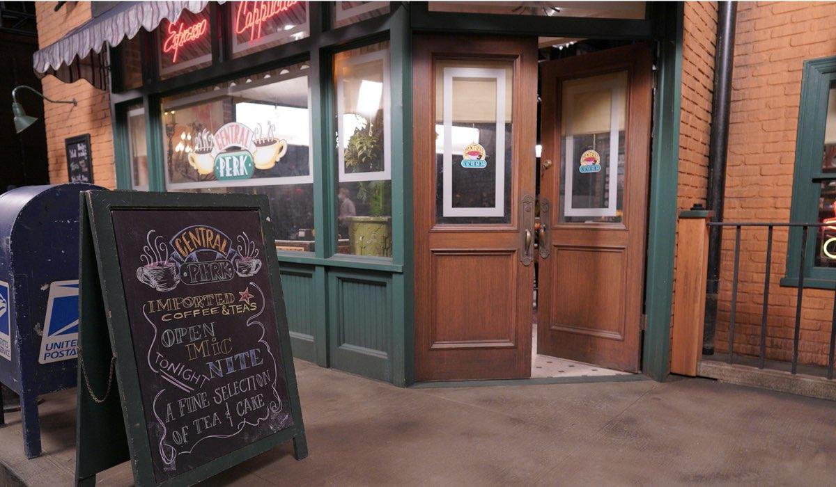 Il dietro le quinte del Central Perk della reunion di Friends. Credits: Sky