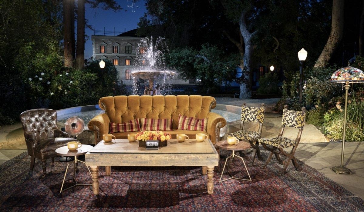 Il dietro le quinte del famoso divano della sigla nella reunion di Friends. Credits: Sky