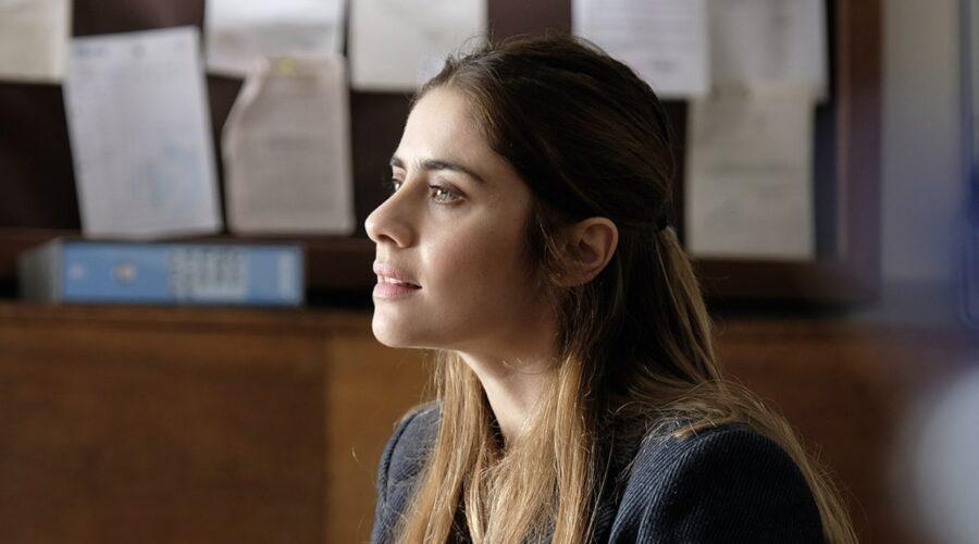 Greta Scarano interpreta Anna Santi, qui in una scena della fiction Chiamami ancora amore. Credits: Fabrizio de Blasio e Rai.