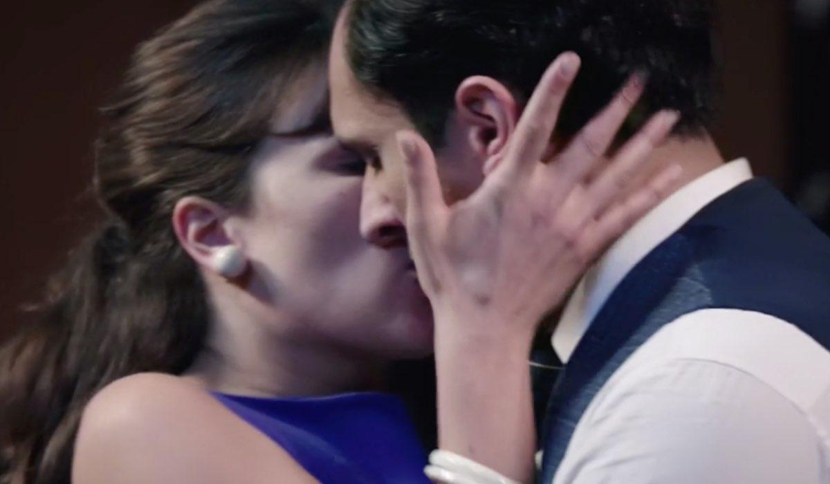 Il Paradiso Delle Signore 5 Puntata 145, il bacio tra Marta Guarnieri e Vittorio Conti interpretati da Gloria Radulescu e Alessandro Tersigni. Credits: Rai