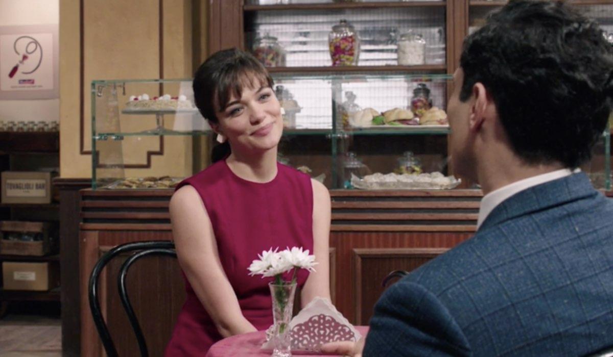 Il Paradiso Delle Signore 5, puntata 152: Marta Guarnieri interpretata da Gloria Radulescu, qui con Vittorio interpretato da Alessandro Tersigni in Caffetteria. Credits: Rai