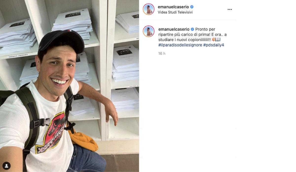 Emanuel Caserio con i primi copioni de Il Paradiso delle Signore 6. Credits: Instagram/Rai