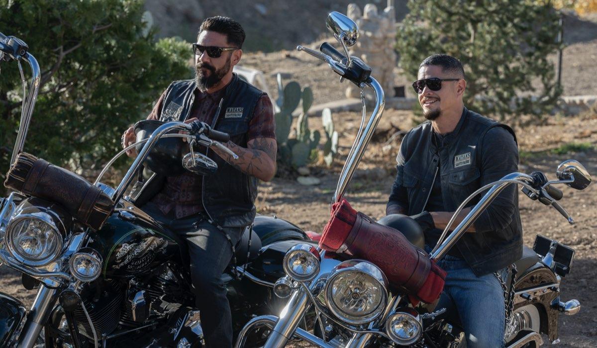 """J.D. Pardo (a destra) interpreta EZ Reyes in una scena di """"Mayans MC"""". Credits: Fox."""