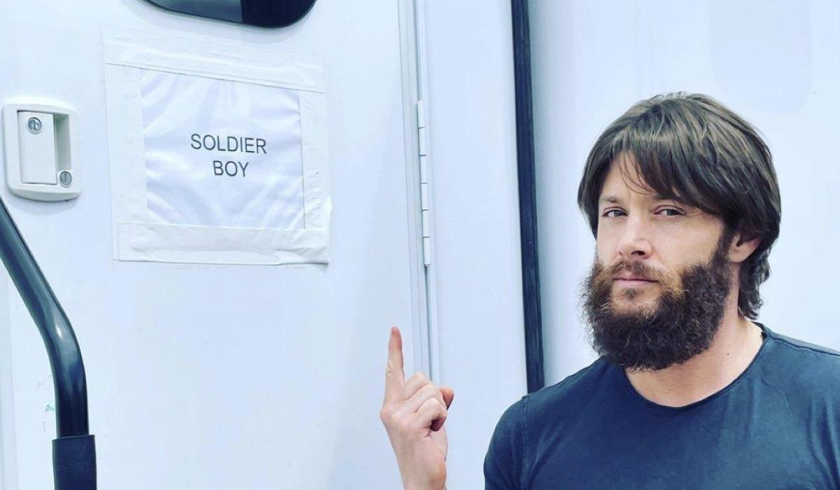Jensen Ackles irriconoscibile con il look di Soldier Boy, qui sul set della terza stagione. Credits: @jensenackles/Instagram.