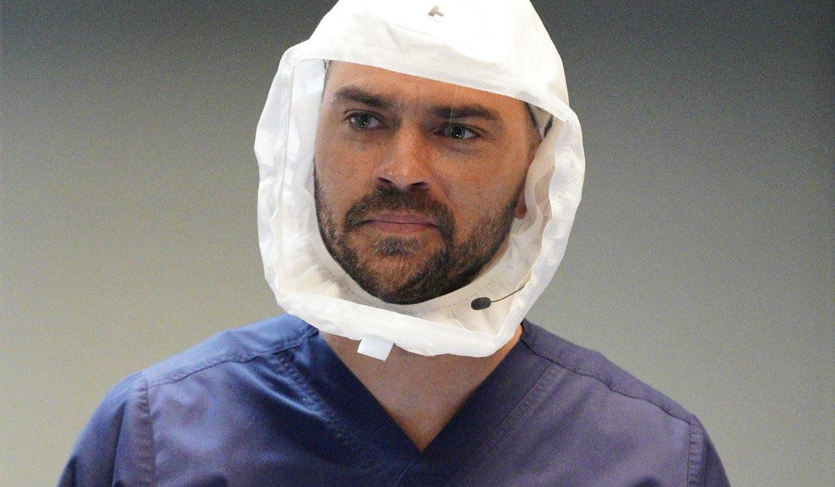 """Jackson Avery (Jesse Williams) in una scena della stagione 17 di """"Grey's Anatomy"""". Credits: Fox."""