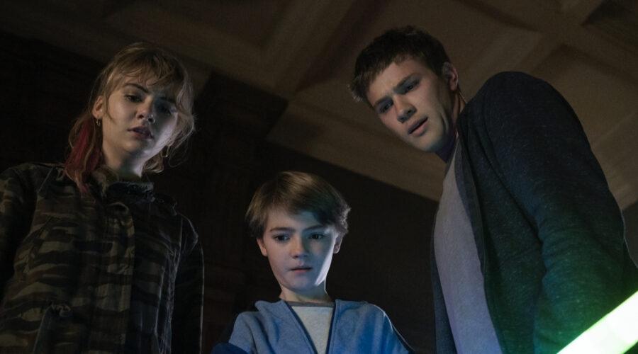 Da sinistra: Emilia Jones (Kinsey), Jackson Robert Scott (Bode) e Connor Jessup (Tyler). Credits: Christos Kalohoridis/Netflix.