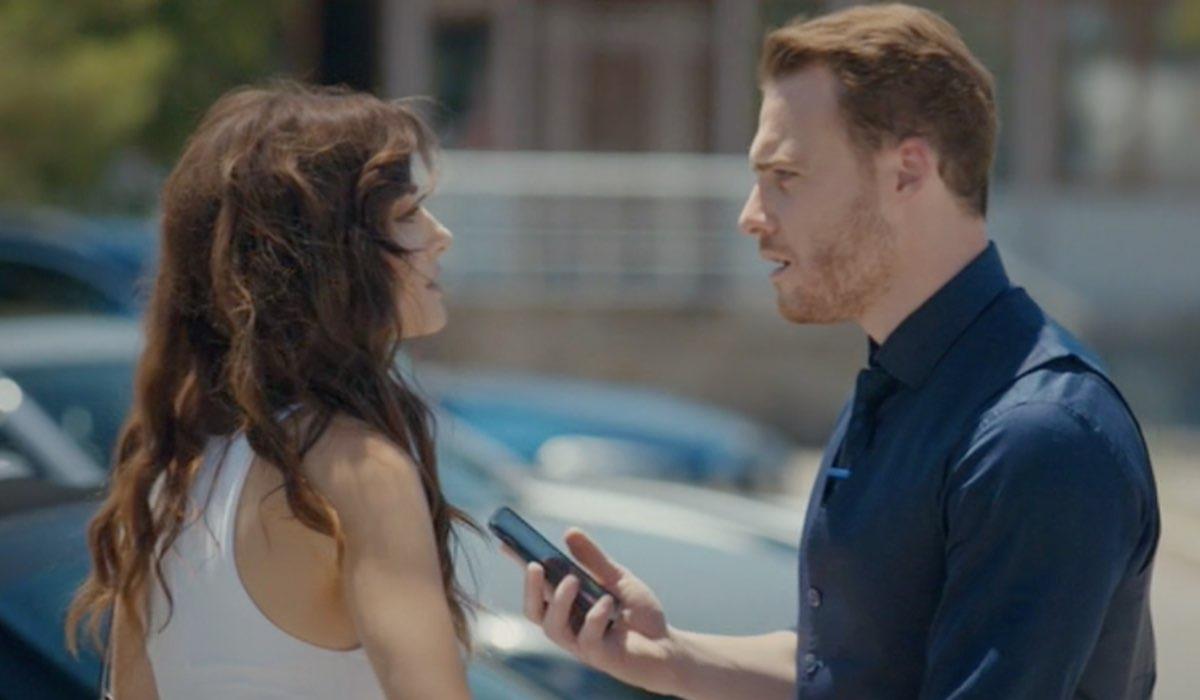Love Is In The Air, episodio 1: Eda Yıldız interpretata da Hande Erçel e Serkan Bolat interpretato da Kerem Bürsin, qui ammanettati. Credits: Mediaset