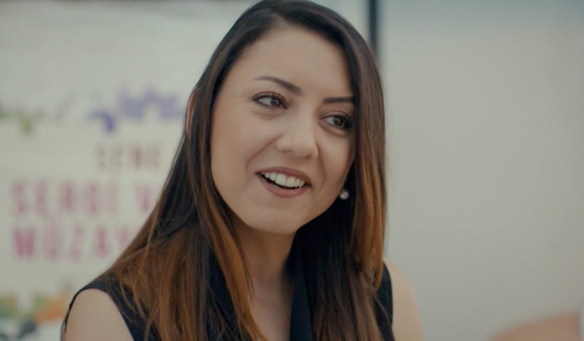Love Is In The Air, episodio 1: la professoressa di Eda Yıldız. Credits: Mediaset