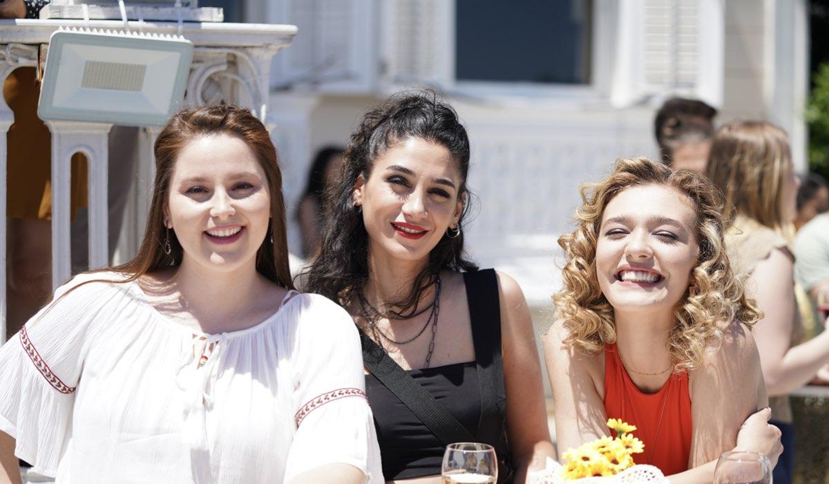 Love Is In The Air: Melek, Figen e Ceren interpretate da Elçin Afacan, Sitare Akbas e Melisa Döngel. Credits: Mediaset