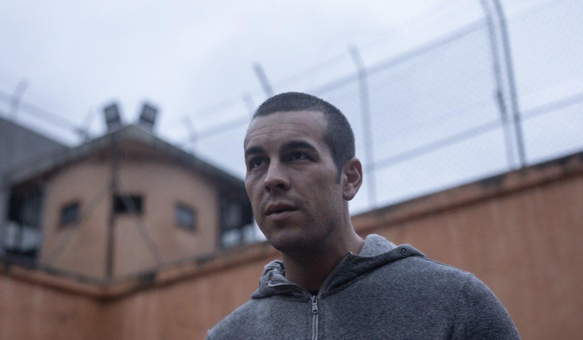"""Un flashback di Mat (Mario Casas) in prigione in una scena di """"Suburbia Killer"""". Credits: Quim Vives/Netflix."""