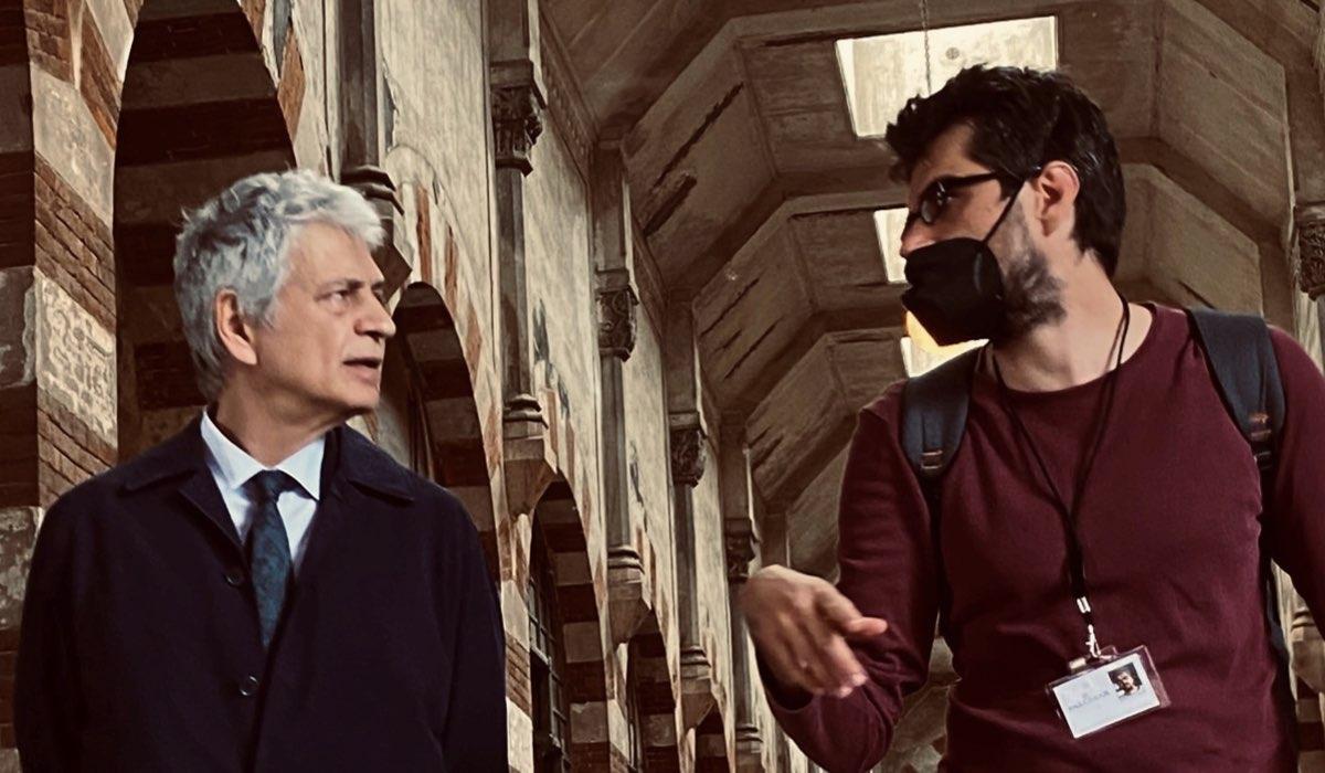 """Da sinistra: Fabrizio Bentivoglio e il regista Roan Johnson sul set di """"Monterossi"""". Credits: Federico Vagliati/Palomar/Prime Video."""