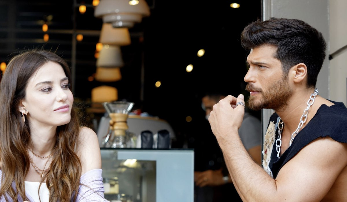 Can Yaman (Ozgur Atasoy) e Özge Gürel (Ezgi Inal) nella soap Mr.Wrong. Credits: Mediaset
