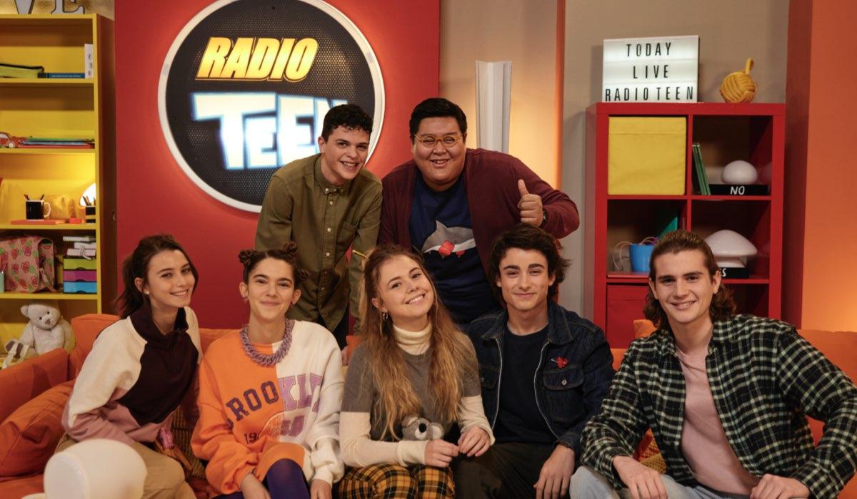 Radio Teen, un posato del cast della serie tv, prodotta da Aurora TV in collaborazione con RAI Ragazzi. Credits Rai