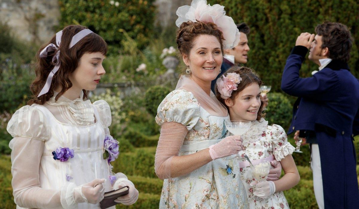 Al centro, Lady Violet (Ruth Gemmell) in una scena della prima stagione. Scopriremo di più sulla matriarca Bridgerton nella serie spin-off. Credits: Liam Daniel/Netflix.