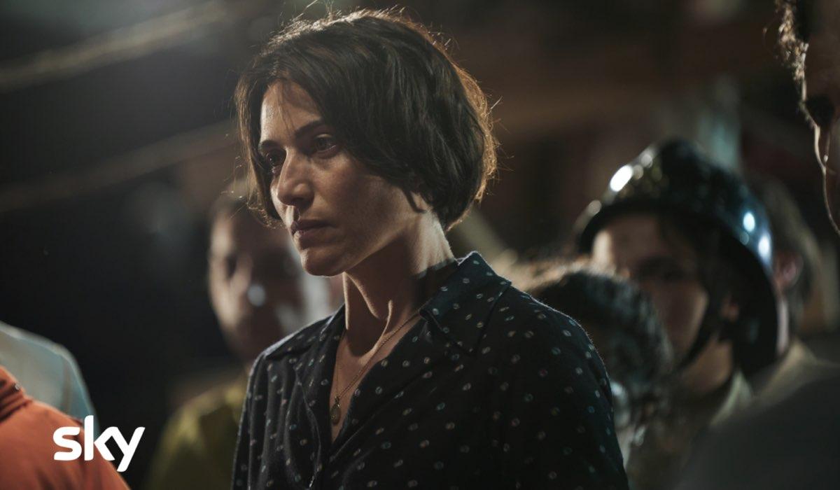 """Al centro: Anna Foglietta è Franca Rampi in una scena di """"Alfredino - Una storia italiana"""". Credits: Lucia Iuorio/Sky."""