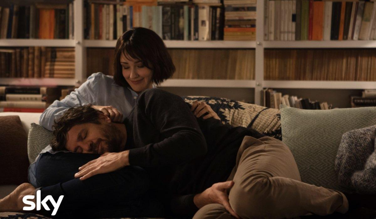 """Anita Caprioli e Fabio De Luigi, in una scena di """"Ridatemi mia moglie"""", in arrivo su Sky Serie. Credits: Sky"""