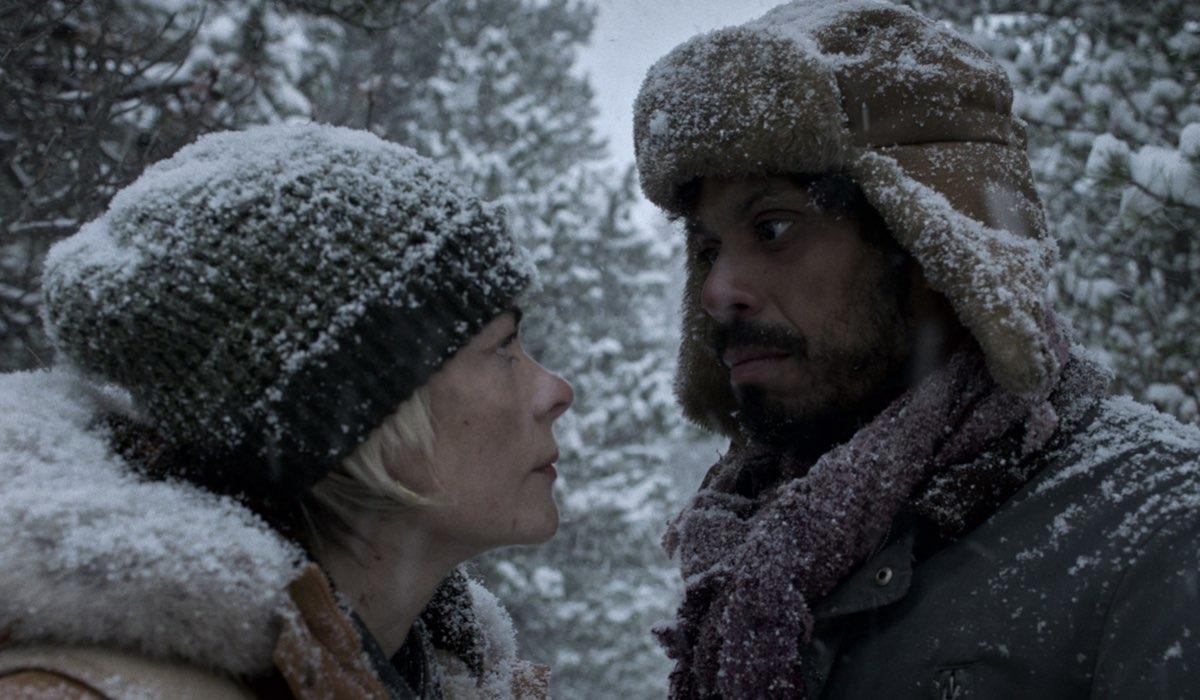 "Da sinistra: Jaime King (Rose) e Manuel Rodriguez (Saenz) nella stagione 2 di ""Black Summer"". Credits: Michelle Faye Fraser/Netflix © 2021."