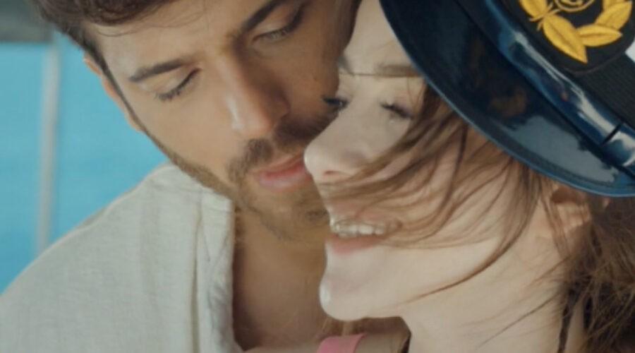 Can Yaman e Ozge Gurel Sulla Barca In Mr Wrong Credits: Mediaset