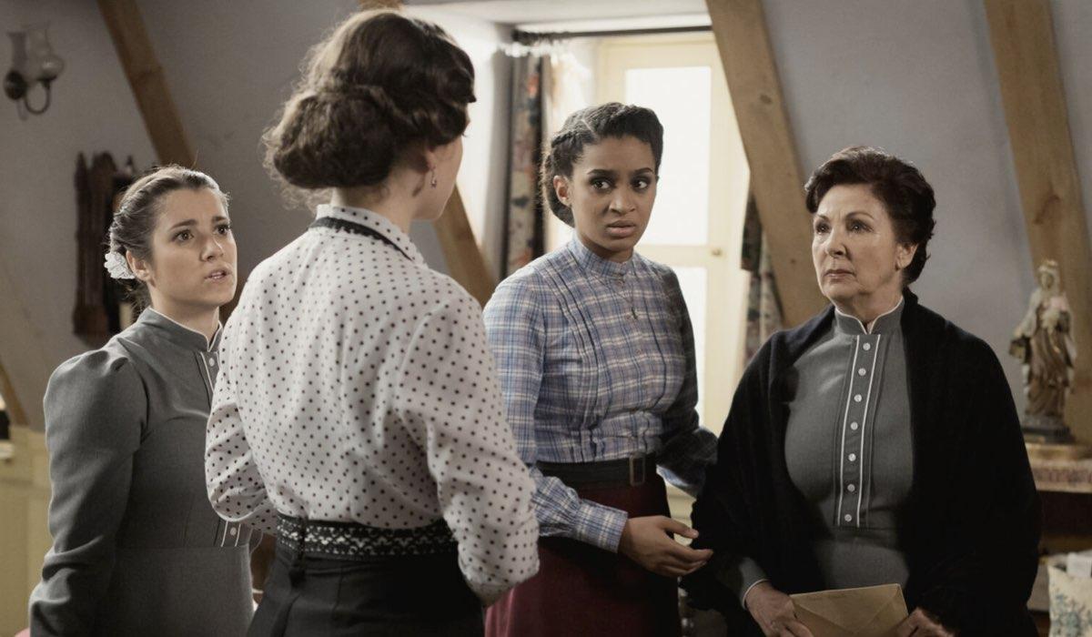 Marita Zafra (Casilda Escolano), Clara Garrido (Genoveva Salmeron), Trisha Fernandez (Marcia) e Pilar Barrera (Agustina) In Una Vita. Credits: Mediaset