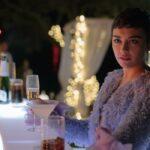 Ari (Carla Díaz) alla festa di Capodanno organizzata da Philippe. Credits: Netflix.