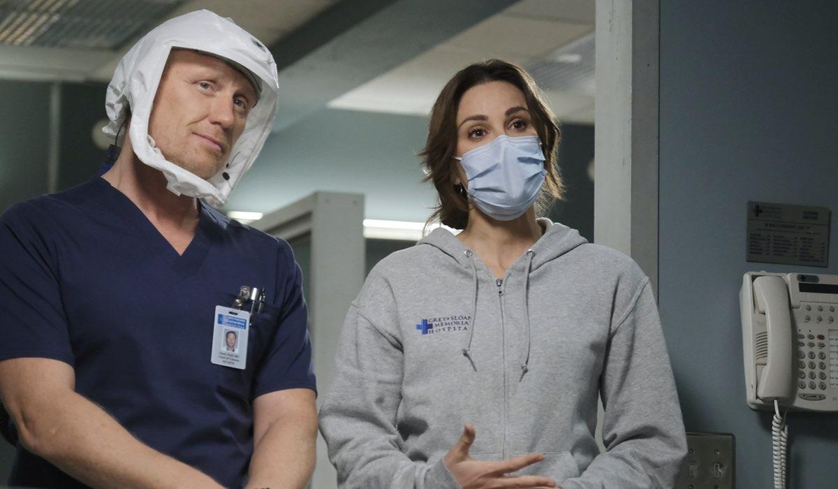 Da sinistra: il dottor Owen Hunt (Kevin McKidd) e la dottoressa Carina DeLuca (Stefania Spampinato) in una scena della stagione 17 di Grey's Anatomy. Credits: Star/Disney+.