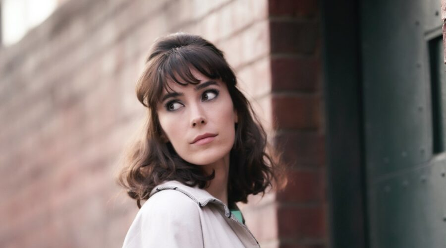I casi della giovane Miss Fisher: Geraldine Hakewill interpreta Peregrine, qui nell'episodio 1. Credits: Rai e ® Every Cloud Productions All3media International