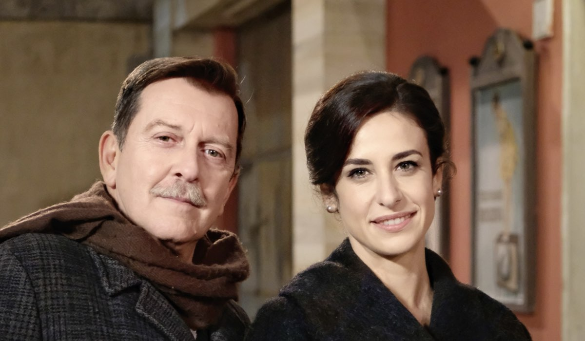 Il Paradiso Delle Signore 5: Armando Ferraris e Gloria Moreau interpretati da Pietro Genuardi e Lara Komar, qui in un posato. Credits: Rai