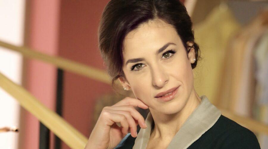 Il Paradiso Delle Signore 5: Gloria Moreau interpretata da Lara Komar, qui in un posato. Credits: P. Bruni e Rai