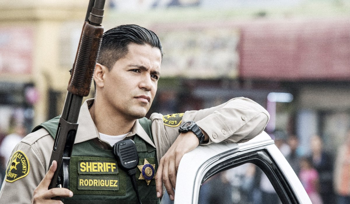Jay Hernandez in Bright (2017). Credits ph.: Matt Kennedy/©Netflix/courtesy Everett Collection
