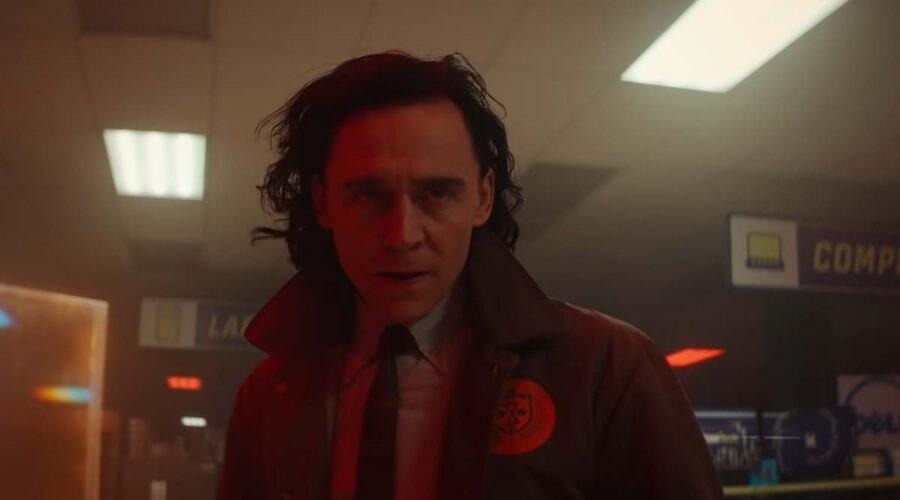 Tom Hiddleston interpreta il protagonista nell'episodio 2 della serie televisiva Loki. Credits: Disney Plus e Marvel Studios.