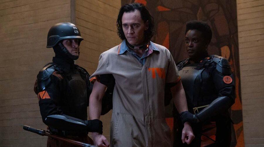 Tom Hiddleston interpreta il protagonista nella serie televisiva Loki. Credits: Disney Plus e Marvel Studios.