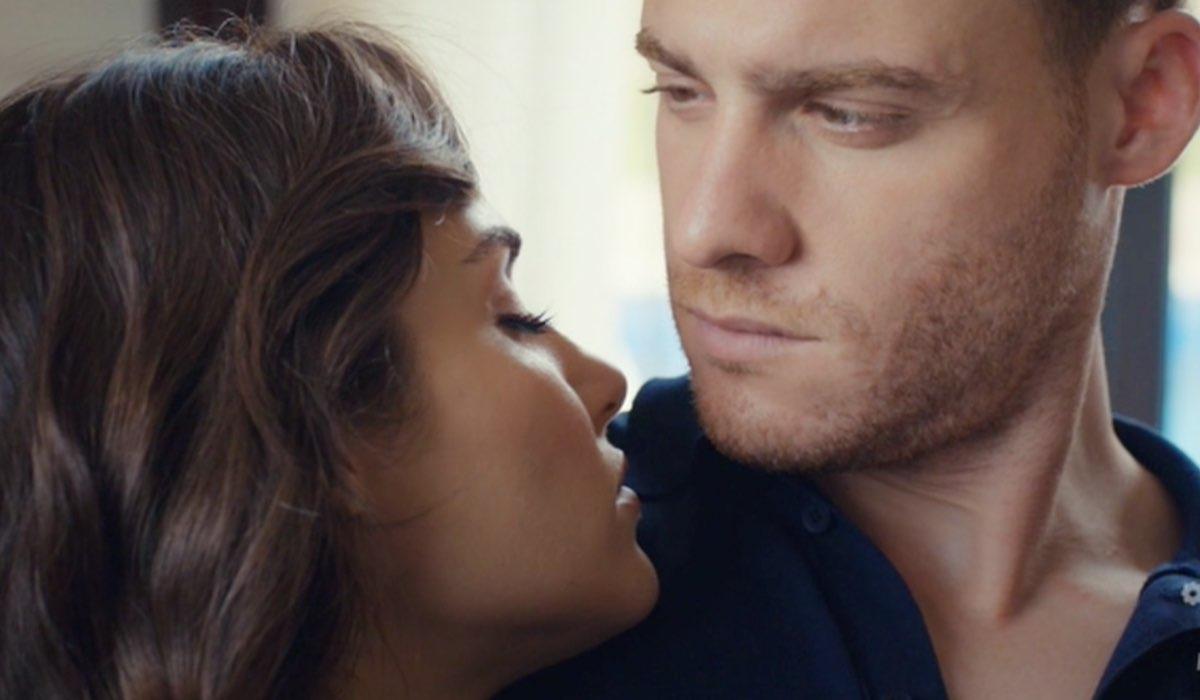 Love Is In The Air, episodio 18: Eda Yıldız interpretata da Hande Erçel e Serkan Bolat interpretato da Kerem Bürsin. Credits: Mediase