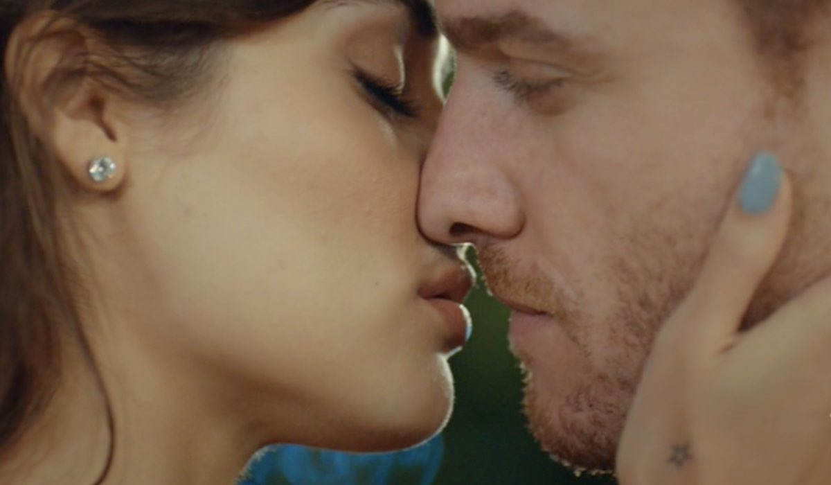 Love Is In The Air, episodio 8: Eda Yıldız interpretata da Hande Erçel e Serkan Bolat interpretato da Kerem Bürsin. Credits: Mediaset
