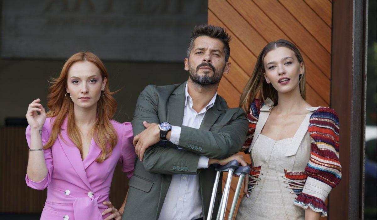 Love Is In The Air: Pırıl Baytekin Sezgin interpretata da Başak Gümülcinelioğlu, Engin Sezgin interpretato da Anıl İlter e Ceren Başar interpretata da Melisa Döngel. Credits: Mediaset