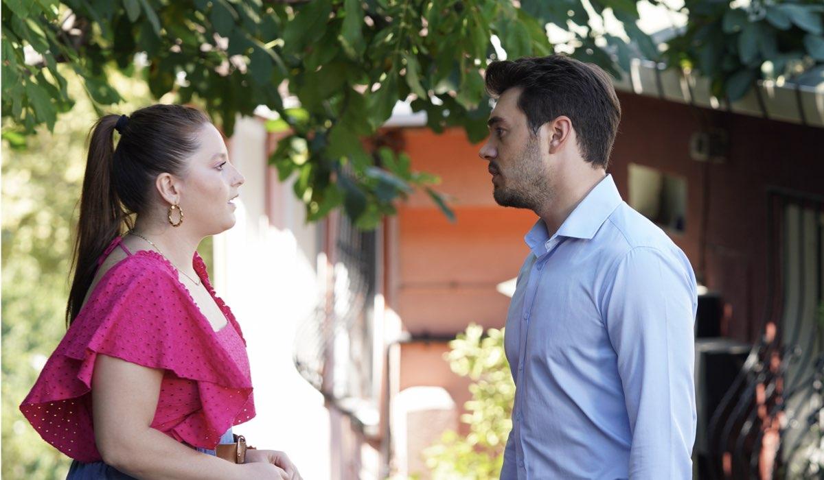 Love Is In The Air: Melek Yücel interpretata da Elçin Afacan e Kaan Karadağ interpretato da İsmail Ege Şaşmaz. Credits: Mediaset