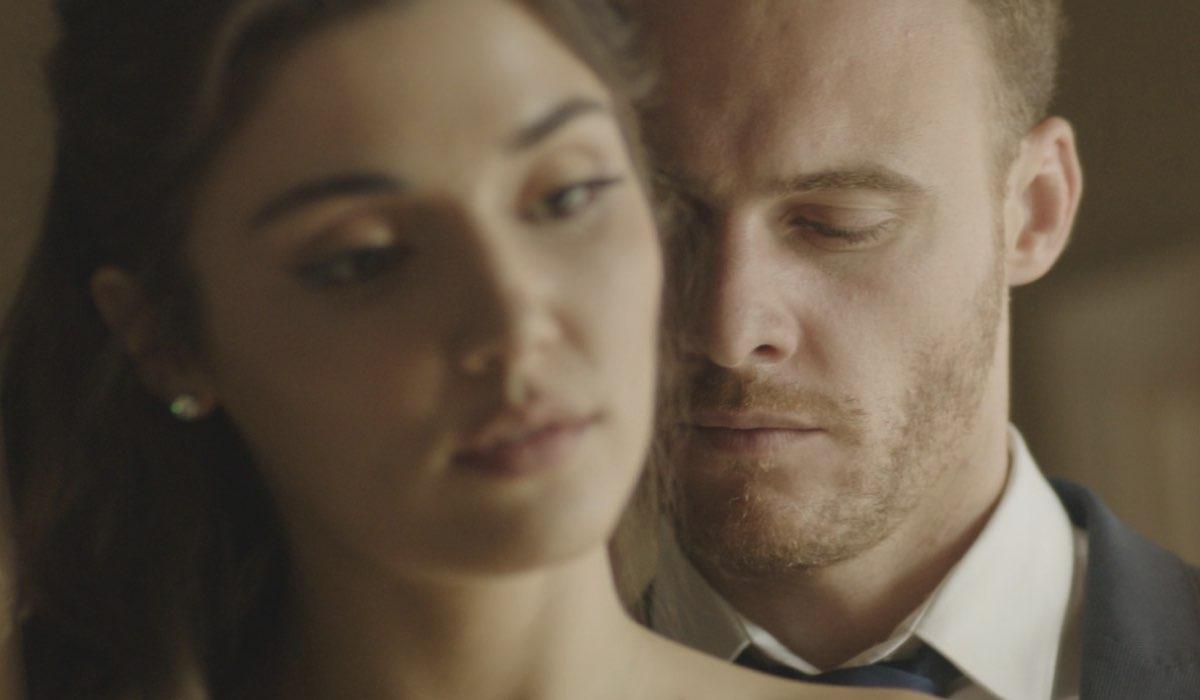 Love Is In The Air: Eda Yıldız interpretata da Hande Erçel e Serkan Bolat interpretato da Kerem Bürsin. Credits: Mediaset