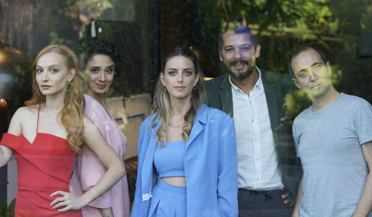 Love Is In The Air: Pırıl Baytekin Sezgin interpretata da Başak Gümülcinelioğlu, Selin Atakan interpretata da Bige Önal e Leyla Haktan interpretata da İlkyaz Arslan. Credits: Mediaset