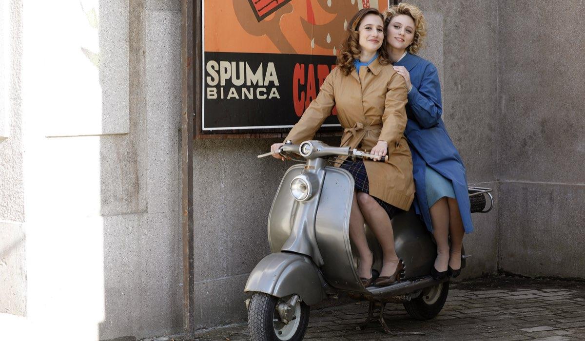 Mariavittoria Cozzella e Francesca Del Fa interpretano Dora Vianello e Irene Cipriani, qui in un posato per Il Paradiso Delle Signore 4. Credits: Rai