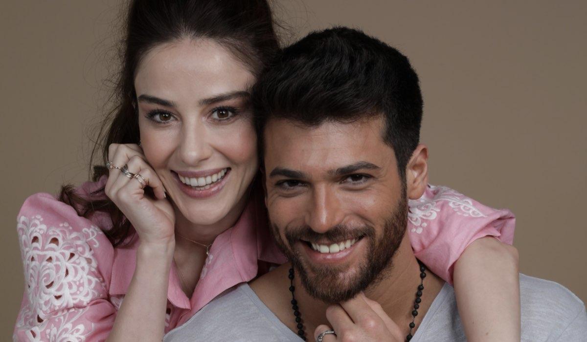 Mr. Wrong - Lezioni d'amore: Özgür Atasoy interpretato da Can Yaman e Ezgi İnal interpretata da Özge Gürel, qui in un posato. Credits: Mediaset