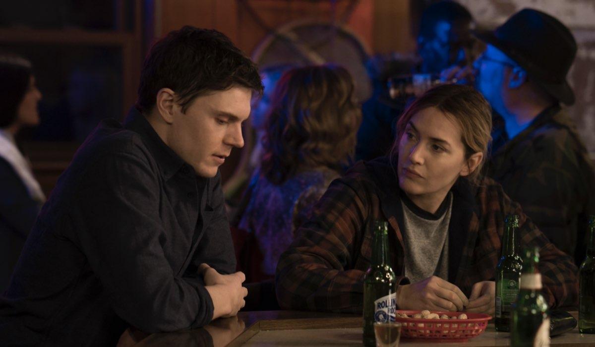 "Da sinistra: Evan Peters e Kate Winslet in una scena di ""Omicidio a Easttown"". Credits: Sky."