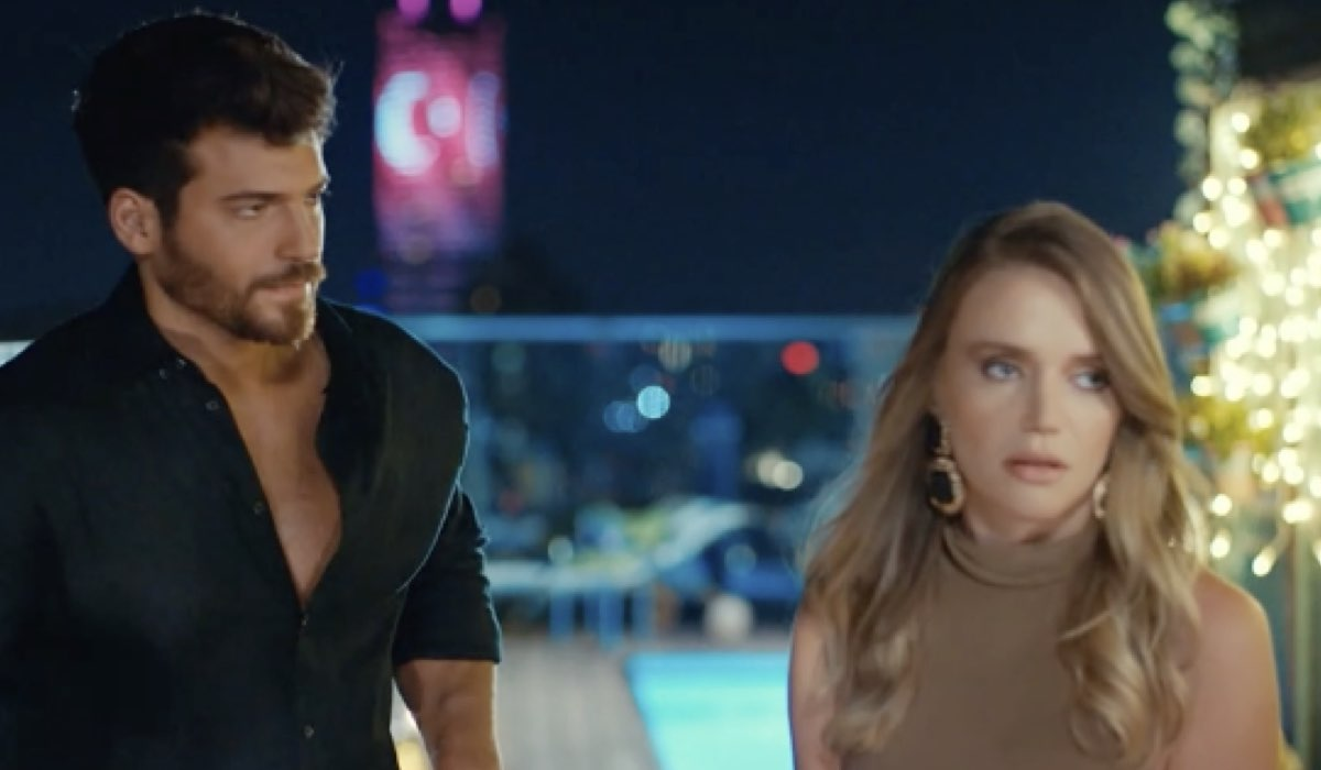 Ozgur (Can Yaman) e Yesim (Ecem Karavus) In Mr Wrong Credits: Mediaset
